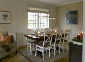 Gammelt bord og nye stoler ble stilfullt og flott.