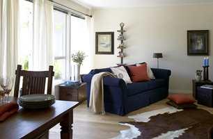 Sofaen trekkes ut fra veggen og gjør at stuen virker romsligere og lettere.