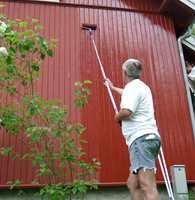 Før du ordet av det er våren blitt sommer. Unn deg å bruke et par av de tørre, varme dagene til å stå med malerpenselen i husveggen. Det får du mye igjen for.