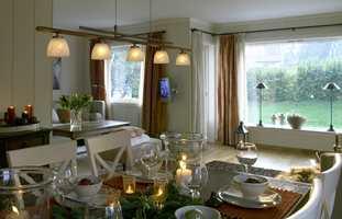Rommet er lyst og luftig, samtidig som det er koselig og lunt.