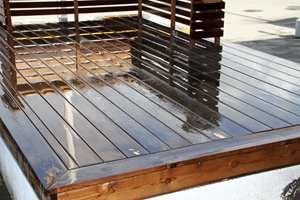 Når en terrasse skal renses og oljes, gjelder det å bruke mye vann.