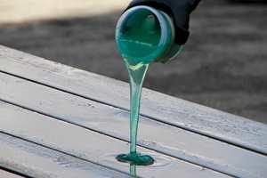 Hell gele på terrassen og fordel et tynt lag utover.