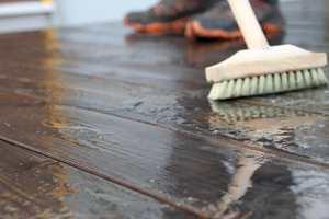 Gelen blander deg med vannet fra den fuktige terrassen. Da gjelder det å skrubbe godt og lenge.