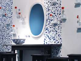 En baderomsløsning med innslag av gammel kinesisk porsel i dets klassiske blåfarge. Ellers er ikke mye seg likt et klassisk, norsk baderom! (Viva/FagFlis)