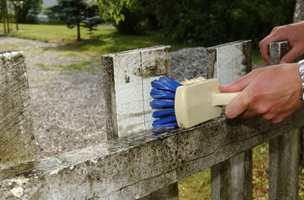 Å vaske gjerde kan være et alternativ til å male. Vi har gjort det til en årlig og vårlig aktivitet.