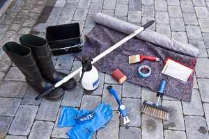 <b>VIKTIG VERKTØY: </b>Bruk godt og egnet verktøy for å vaske, pusse, skrape kledningen før du maler. Husk verneutstyr.