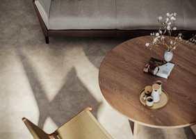 VINYLGULVET Starfloor Click Ultimate Timeless Concrete Light Grey i et mønster som ligner betong – et perfekt valg på en hytte i moderne stil.