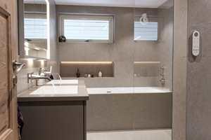 LUKSUSBAD: Det lille hovedbadet i eneboligen rommer mye luksus. Her er det installert utstyr til nærmere 300 000 kroner.
