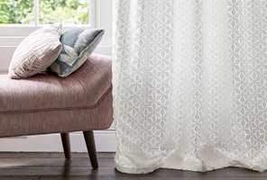 Det er stilig og trendy med gardiner i stuen. Her er ekspertenes tips til deg som skal kjøpe gardiner.