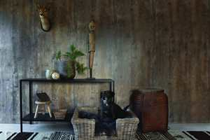 <b>MØRKT:</b> Her er det brukt mørke høstfarger. Veggene er sortaktige, med en gyllen undertone. Det transparente uttrykket skaper liv, og sammen med det lysere gulvet gjør det rommet mer lunt enn mørkt. Veggene er fra walls4you. (Foto: Forestia)