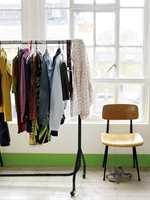 <b>SPENNENDE:</b>Et ellers hvitt og «kjedelig» rom kan gjøres plutselig spennende ved å gi listene en helt annen farge. (Foto: Nordsjö)