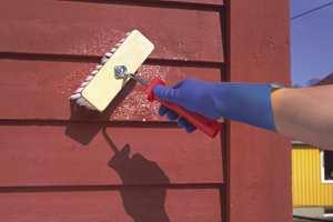 Bruker du hansker når du maler slipper du å utsette hendene for kjemikalier i malingen.