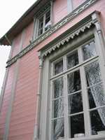 Det er mulig å skaffe både listverk, panel og andre bygningsdetaljer i ønsket stil.