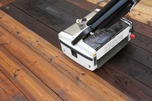 Osmo har også en egen skrubbemaskin som kan ta store områder raskt og effektivt.