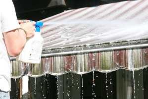 <b>MARKISE:</b> Vask bort skitt og pollen fra markisen før du inviterer gjestene.