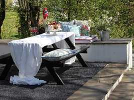 Skal du stelle i stand uteplassen til en spesiell anledning? Da gjør tepper og tekstiler susen. Her er det brukt teppet Zakura fra Golvabia.