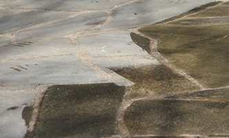 Begroing kan enkelt fjernes fra steinplattingen. Behandling fra Nitor/Alfort.