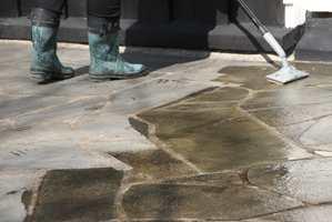 Det samme middelet som vi brukte til å rengjøre plattingen med, påføres en andre gang når terrassen er tørr igjen. Denne gang skal det ikke skylles vekk, men trekke inn og beskytte utegulvet mot tilskitning.