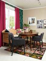 Snakk om stilkrasj i full balanse! Gammel benk og oldemors bord møter lekent palmetapet og moderne stoler.