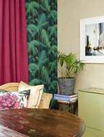 Palmer møter kråkesølv - et godt eksempel på at veldig forskjellige tapeter kan stå sammen; det mørke, slette med palmer og det røffe, lyse med ekte kråkesølv. Alle fargene tas opp rundt i rommet.