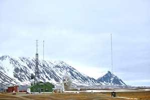 <b>VIDUNDERLIG: </b>I arktisk klima forekommer svertesopp og begroing sjelden. Midnattssol halve året og hardført vær bryter dog ned maling og treflater. Å pusse opp trefasader på Isfjord Radio på Spitsbergen er en ekstrem maleaktivitet. (Foto: Basecamp Explorer)