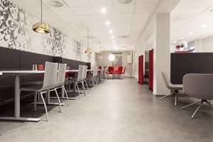 <b>ØVINGSLOKALE:</b> Restauranten drives av elever på skolens linje for Restaurant og matfag. Den brukes daglig i undervisningen, og er av og til åpen for elever og ansatte på skolen.