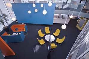 Fargerike pauserom er plassert ut i kontorlandskapet.