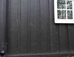Ble fasaden malt mens det var fukt i treverket, kan det senere oppstå såkalte tørkesprekker.