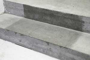 Også betong kan behandles med olje. Betongen må være gjennomherdet og fri for fukt. Materialet kan trekke voldsomt, og vil etter metning med olje ikke gi fra seg støv på samme måte som før behandling.