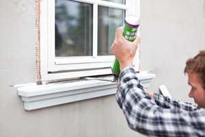 1. Tett vindusåpningen med ekspanderende skum.