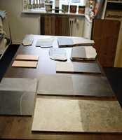 Harde materialer slik som granitt, skifer og uglaserte terrakottafliser kan oljes på samme måte som tre. Ved å mette porene med en vanlig tørrende olje, forhindres at materialet tar opp fett og smuss, og blir derved enklere å holde rent. Men steinen forandrer kraftig utseende!