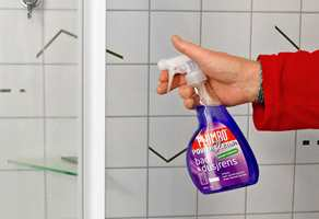 <b>LETTVASKET:</b> Spray på middel, la det virke i cirka ett minutt og tørk over med våt klut eller svamp. Skyll med kaldt vann.