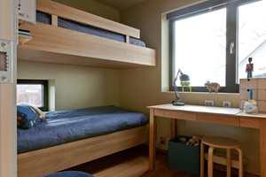 BARNESONE: De to barna har eget rom, med plassbygde senger. Til tross for at rommet er lite, er det god plass til lek med venner.