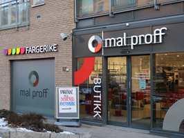 <b>PÅ PLASS:</b> Fargehandlerne ligger på rad og rekke. Sist ut med ny butikk i «fargegata» var Mal Proff og Fargerike. Like i nærheten ligger også Flügger og Beckers.