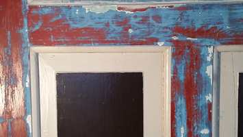 Vi holder på å pusse opp et gammelt familiested, og leter derfor etter en spesiell blåfarge som vi har funnet på en av de gamle dørene i huset, som vi kunne tenke oss å bruke på kjøkkenet. Jeg tror det er fattigmannsblå, en blanding av kobolt og hvitt, og jeg ser etter samme farge i vanlig maling. Kan dere hjelpe med å finne fargen?