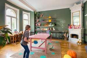 En spisestue kan brukes til så mangt. Barn ser et stort bord og tenker på mange flere bruksområder enn bare et spisebord.
