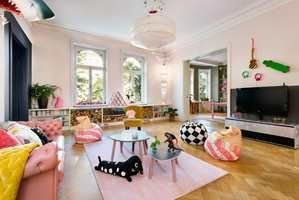 Det kryr av små kreative innslag rundt om i leiligheten. Se blant annet på de fargede vedkubbene og den prikkete tv-benken.