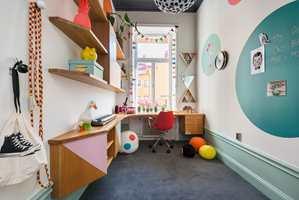 I dette rommet kan de litt eldre barna trives. Arbeidshjørnet passer perfekt når leksene skal gjøres. Og vi vet alle at farger gir mer energi!