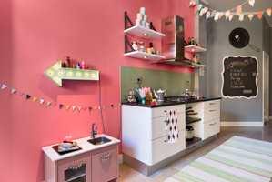 Her blir det mye inspirerende matlaging! En tavle malt med tavlemaling på kjøkkenet gjør at du kan planlegge ukens meny i god tid.