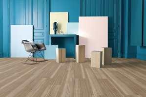 <b>LYSE GULV:</b> Lyse gulv skaper en lett og ren atmosfære i kombinasjon med sterke farger. Lyse gulv og hvitt løfter fram de andre fargene i rommet. Dette gulvet er fra Gerflor. (Foto: Gerflor)