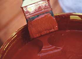 Du gjør deg selv ingen tjenester ved å være gjerrig med malingen. Drar du strøkene for mye ut når du maler huset, blir malingfilmen så tynn at den slites vesentlig fortere ned.