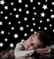 Veslegutt sover godt under sin egen stjernehimmel. Med selvlysende klebemerker fra Home Decor Line kan man på en enkel måte dekorere barnerommet.