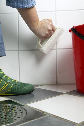 Prøv å rengjøre godt med sure vaskemidler og en skrubb, som denne skurepaden fra Jordan.