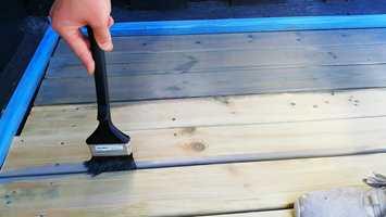 LANGPENSEL: Med en terrassepensel med langt skaft slipper du å bøye deg så mye. Penselen er god å bruke der paden ikke kommer til, og til påføring i sprekker mellom bordene.