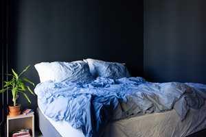GENEVE: Den blå fargen på soverommet var den første fargen som paret valgte ut. Fargen heter «Geneve» og er tatt frem av Flügger i samarbeid med den danske møbelleverandøren Eilersen.