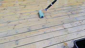 PÅFØRING: Bruk rull på forlengerskaft til store flater, og en pensel med langt skaft til steder du ikke kommer til med rullen.