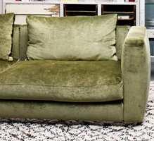 Sofaen skal ikke være for stram. Den skal være myk og god, og gjerne i velur. (Foto: Storeys)