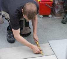 Castle Stones er tynne fliser, vær nøye med monteringen! Flislimet smøres i et tykt lag på gulvet, og i et tynt lag på flisen.