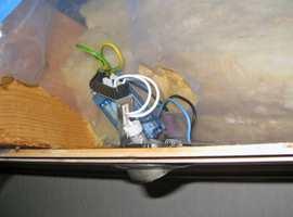 Her er det laget hull i fuktsperren og det mangler beskyttelse over lampen.
