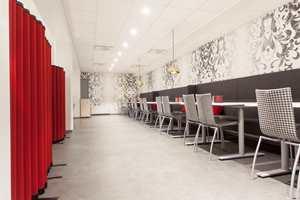 <b>MOTETAPET:</b> Fototapetet heter Shifting Shadows og er hentet fra Mr Perswalls kolleksjon Fashion. Tilstøtende vegger er malt i fargen «Egghvit».